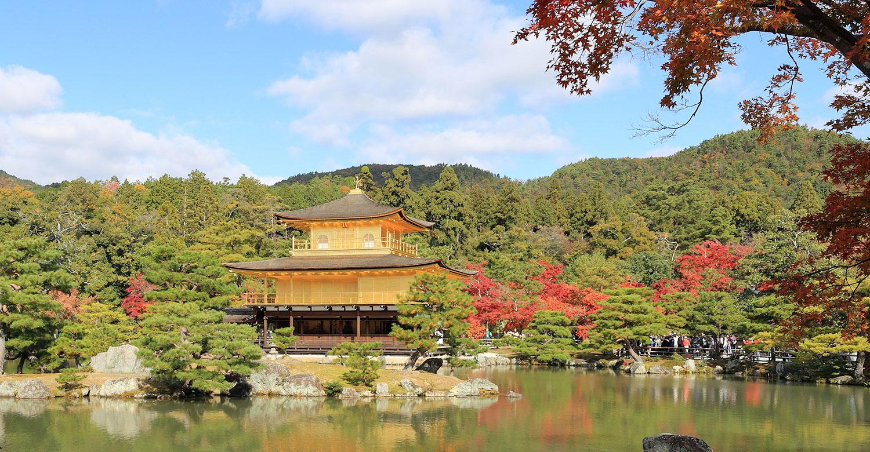Traditionelt japansk hus i japansk have